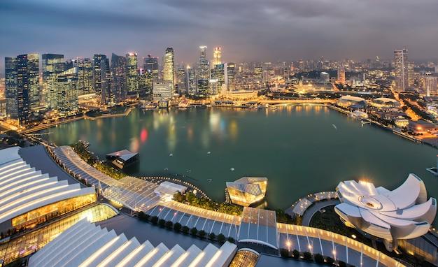 De stad van singapore bij nacht