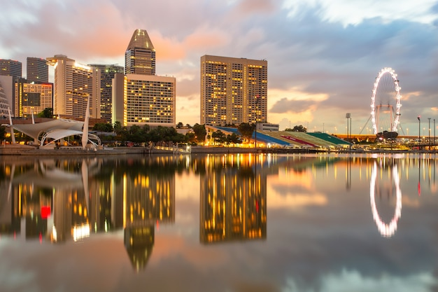 De stad van singapore in zonsopgangtijd
