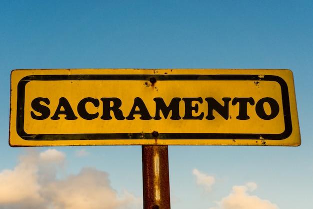 De stads oud geel teken van sacramento met blauwe hemel
