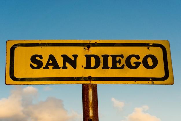 De stads oud geel teken van san diego met blauwe hemel