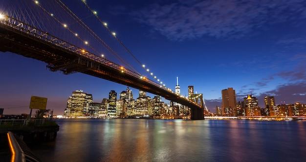 De stads 's nachts horizon van new york
