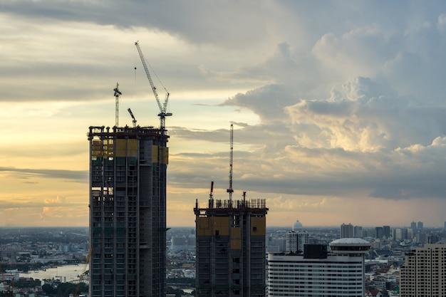 De stadsbouw van bangkok van een twee high-rise silhouetgebouw