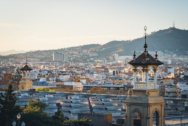 De stadsgebouwen van barcelona in de namiddag