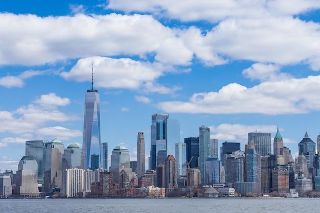 De stadshorizon manhattan van de binnenstad van new york met één world trade center en wolkenkrabbers de vs