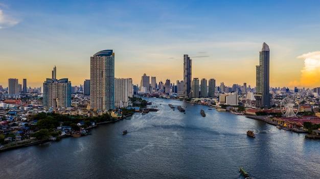 De stadshorizon van bangkok en wolkenkrabber met de bedrijfsbouw in bangkok de stad in, chao phraya river, bangkok, thailand.