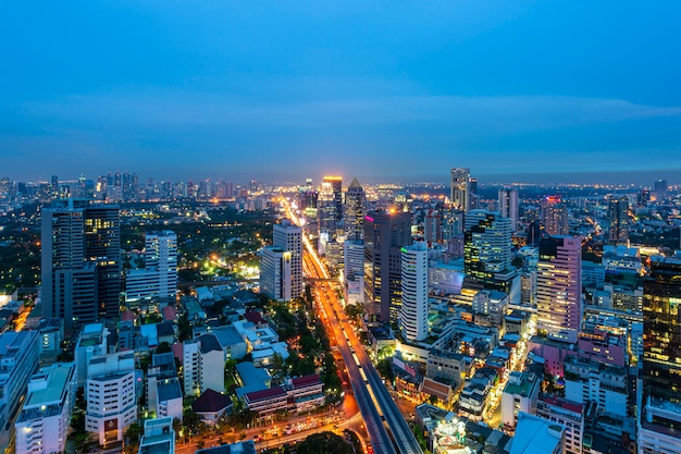 De stadshorizon van bangkok in schemeringtijd