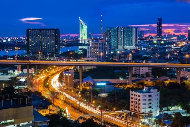 De stadshorizon van bangkok met stedelijke wolkenkrabbers bij zonsondergang, thailand