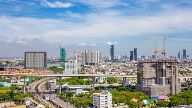 De stadshorizon van bangkok met stedelijke wolkenkrabbers met wolkenhemel, thailand
