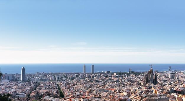 De stadshorizon van barcelona met middellandse zee en blauwe hemel - spanje.