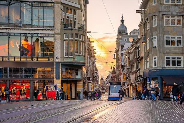 De stadshorizon van de binnenstad van amsterdam. stadsgezicht in nederland bij zonsondergang
