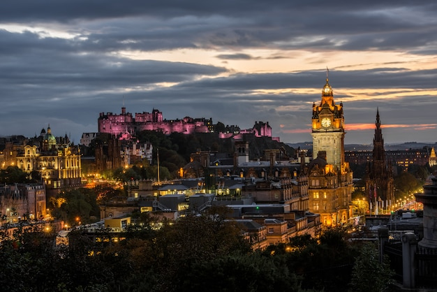 De stadshorizon van edinburgh bij nacht, schotland