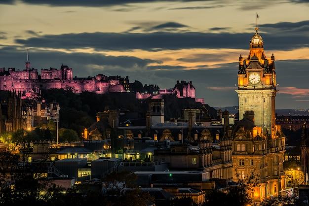 De stadshorizon van edinburgh en kasteel bij nacht, schotland