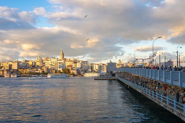 De stadshorizon van istanboel met mening van galata-toren in de stad van istanboel, turkije