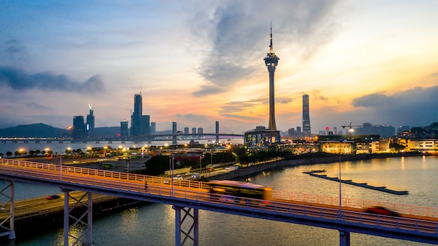 De stadshorizon van macao bij zonsondergang met de toren van macao in schemering, luchtmening, macao, china.
