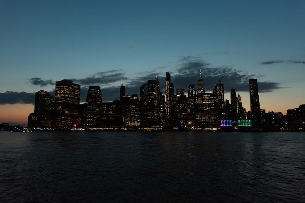 De stadshorizon van new york bij nacht