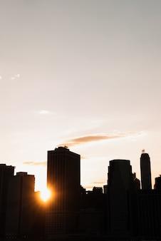 De stadshorizon van new york bij schemer