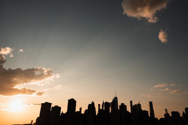De stadshorizon van new york bij zonsondergang