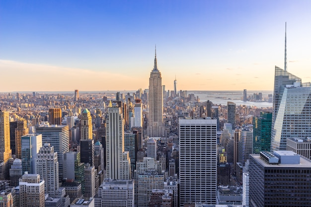 De stadshorizon van new york in manhattan de stad in met wolkenkrabbers bij zonsondergang de vs