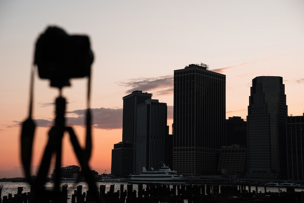 De stadshorizon van new york met defocused camera