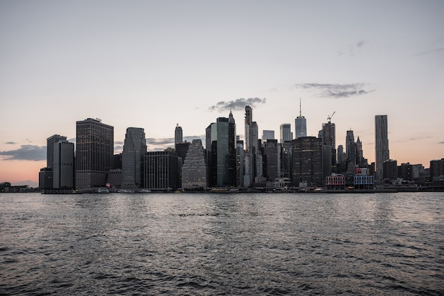 De stadshorizon van new york met water