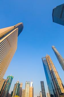 De stadshorizon van shanghai, zonsopgang op de dijk, shanghai, china.