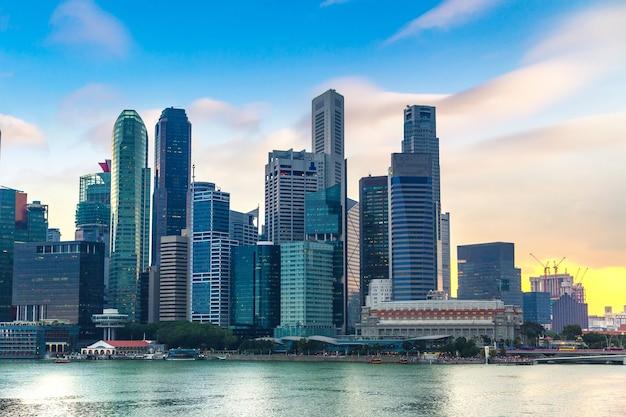 De stadshorizon van singapore bij nacht