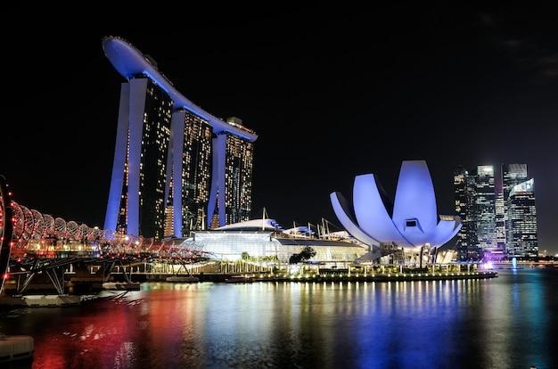 De stadshorizon van singapore, jachthavenbaai bij nacht