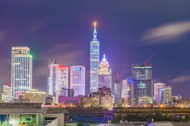 De stadshorizon van taipeh, taiwan bij zonsondergang van mening van de stad van taipeh van het dak van hotel