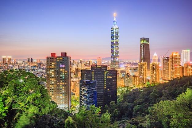 De stadshorizon van taipeh, taiwan bij zonsondergang van mening van de stad van taipeh