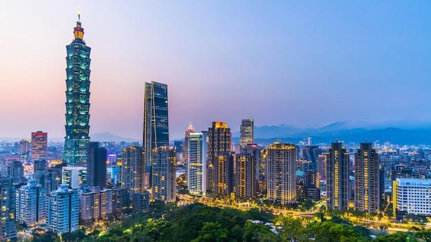 De stadshorizon van taiwan bij schemering