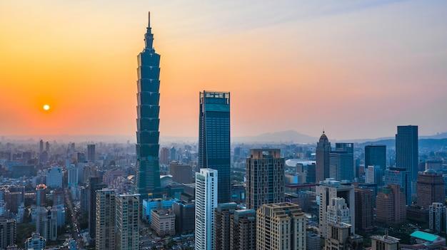 De stadshorizon van taiwan bij zonsondergang, de mooie zonsondergang van taipeh, luchtmening taiwan stadshorizon.