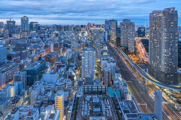 De stadshorizon van tokyo met historische gebouwen in tokyo