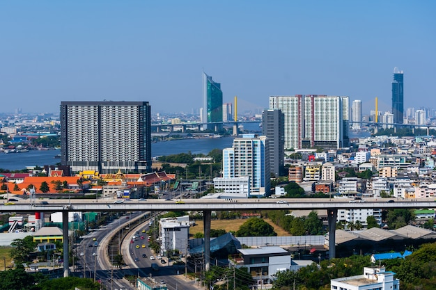 De stadsmening van bangkok en weg, thailand