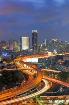 De stadsmening van bangkok met snelweg.