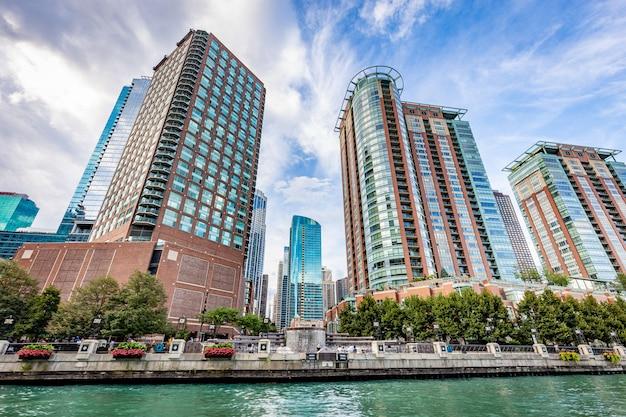 De stadsmening van chicago van de rivier van chicago in een zonnige dag