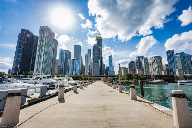 De stadsmening van chicago van een pijler voor het meer van michigan
