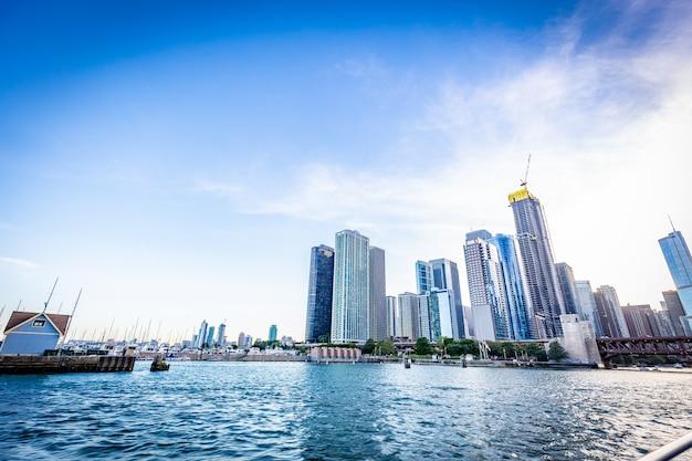 De stadsmening van chicago van michigan lake in mooi een zonnige dag