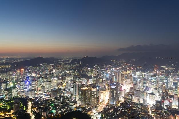 De stadsmening van seoel van de hoge toren van stijgingsn seoel in zuid-korea. gezien in de avondschemering.