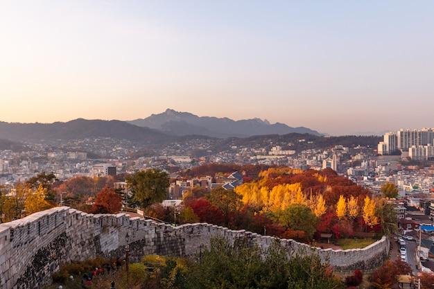 De stadsmuur van seoel in zuid-korea