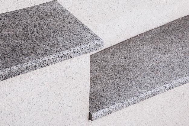De stadstrap is gemaakt van grijze steen en graniet een element van stedelijke architectuur