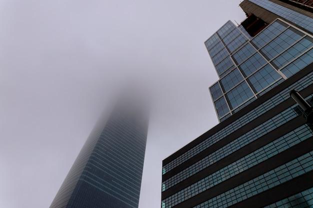 De stadswolkenkrabbers van new york in mistige hemel