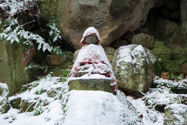 De standbeelden van boedha in tashoba in risshakuji yamadera temple, yamakata, japan.