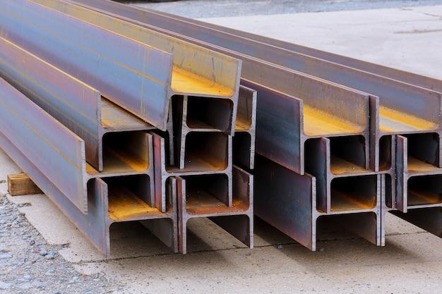De stapel gewalst metaal staat in de fabriek, met uitzicht op het stalen profiel. zware metallurgie.