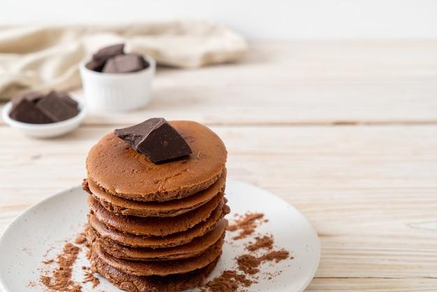 De stapel van de chocoladepannekoek met chocoladepoeder