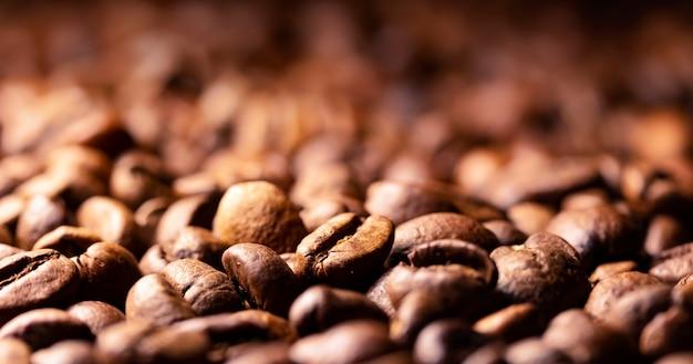 De stapel van de textuur van koffiebonen, sluit omhoog, donker