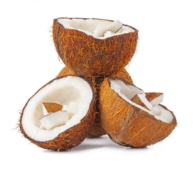 De stapel van kokosnotenstukken op wit wordt geïsoleerd dat