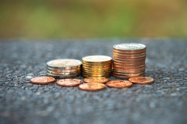 De stapelmuntstukken van de close-up gebruikend als bedrijfs en financieel concept
