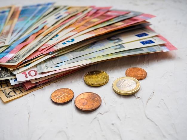 De stapels euro's en dollars