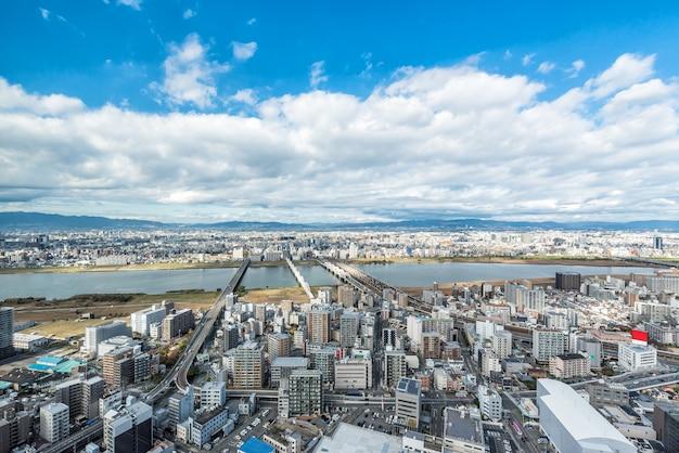De stedelijke stad van osaka en yodo-rivier van dakmening. japan.
