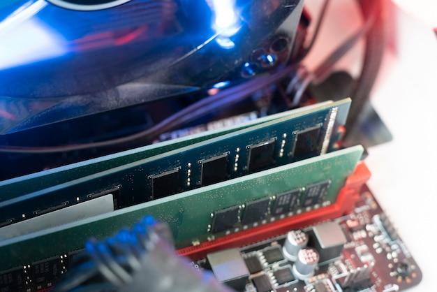 De steekplug in de ram ddr-geheugenkaart in het moederbord van de computer, willekeurig toegankelijk geheugen